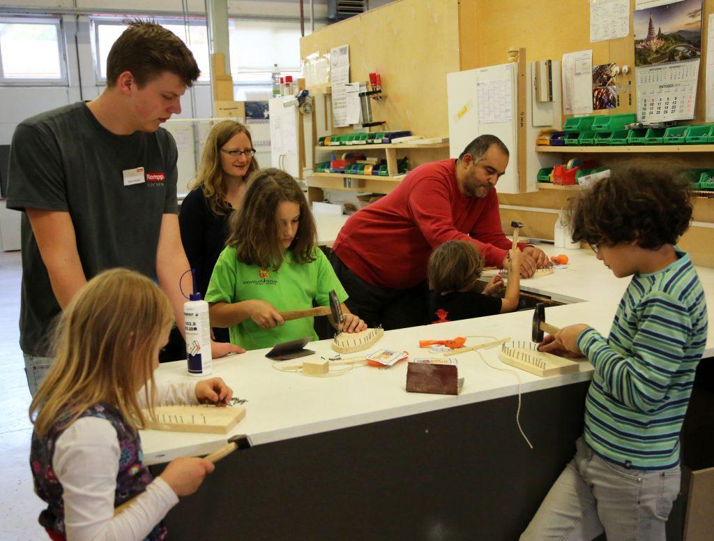 Kinder üben Handwerk in der Rempp Werkstatt